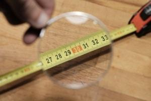 El criterio general es medir a cinta corrida, descontando huecos según su tamaño.